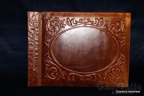 Фотоалбум, ръчно изработен от естествена кожа