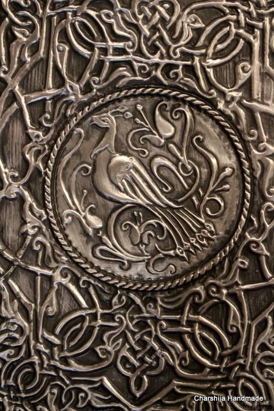 Тефтер облечен в изкуствена черна кожа, декориран с алуминиева пластина с флорални елементи