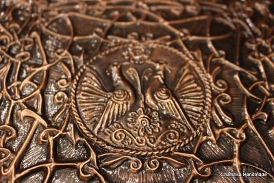 Фотоалбум облечен в изкуствена кафява кожа, декориран с алуминиева пластина с флорални елементи
