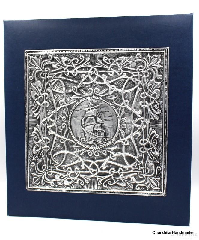 Фотоалбум облечен в тъмно син висококачествен картон, декориран с алуминиева пластина с флорални елементи