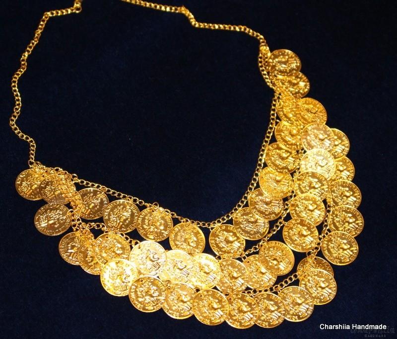 Дамска метална огърлица като част от националното облекло