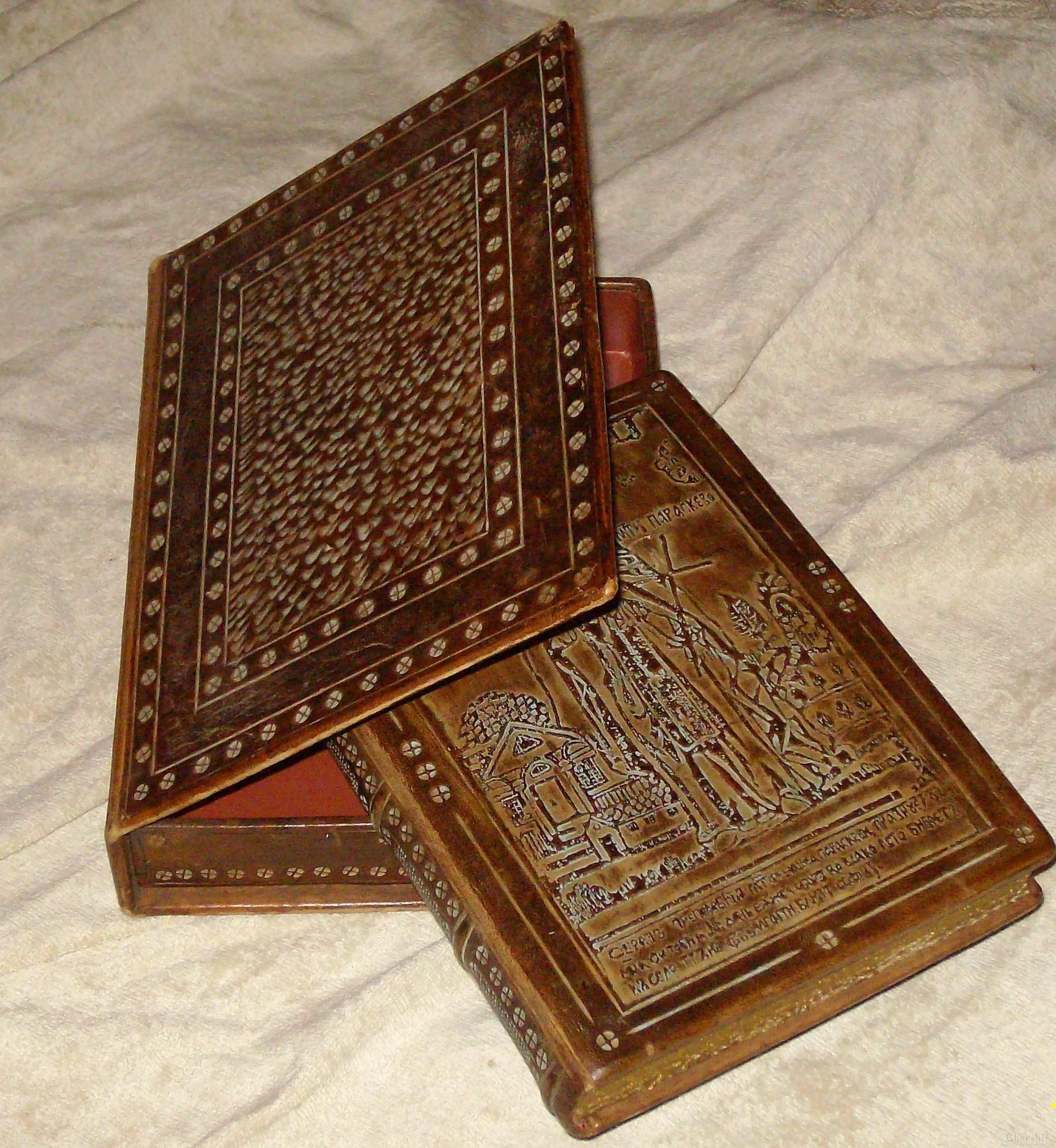 Подвързия на книга с кутия от естествена кожа